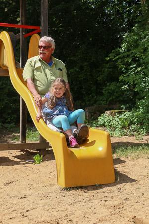 Rutschen mit Enkelkind